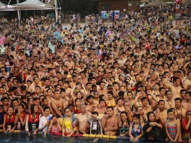 12 hồ bơi Trung Quốc đóng cửa vì 'đại nạn' tè bậy - 2