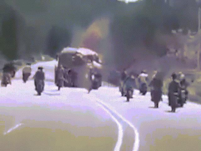 Cảnh tội phạm chặn xe tải cướp giữa ban ngày ở Venezuela
