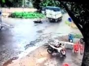 Tin tức trong ngày - Clip xe máy lao vào xe tải, thanh niên bất động trên vũng máu