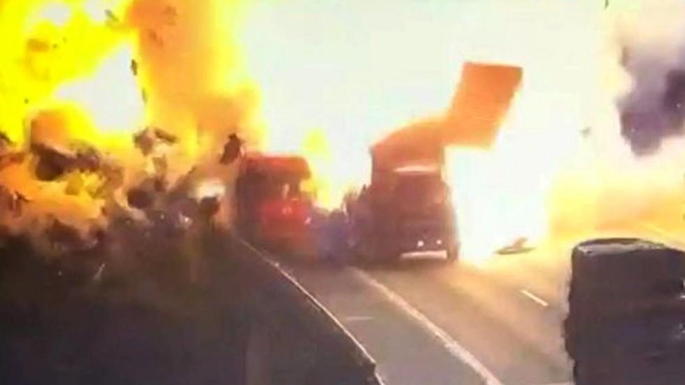Xe tải nổ tan tành, tạo quả cầu lửa kinh hoàng ở TQ - 1