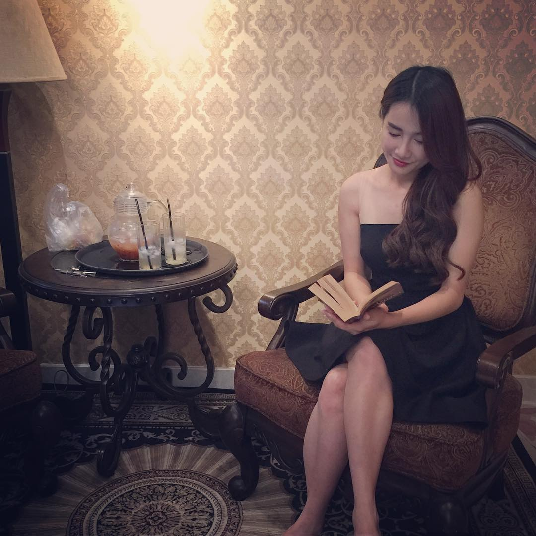 """Váy áo """"lả lơi"""" lộ vai nõn nà của bạn gái Trường Giang - 14"""
