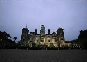 Lạnh người với những lâu đài ma ám đáng sợ nhất thế giới - 5