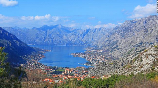 Montenegro nổi tiếng với những dãy núi hùng vĩ, phong cảnh đẹp và các thị trấn yên bình dọc bờ biển.