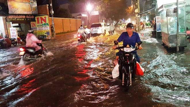"""Mưa """"chớp mắt"""" từ chiều, đến nửa đêm Sài Gòn vẫn còn ngập"""