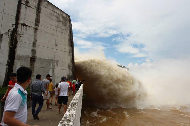 Thủy điện Hòa Bình bất ngờ xả lũ sau nhiều năm, có gì bất thường? - 1