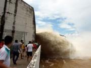 """Tin tức trong ngày - Bất chấp nguy hiểm, dân đổ xô đi xem nước """"gầm"""" trên hồ thủy điện"""