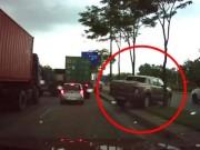 """Tin tức trong ngày - Clip: Ô tô bán tải bất ngờ """"leo con lươn"""" thoát kẹt xe trên đại lộ"""