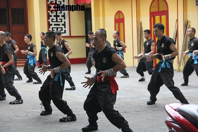 Cao thủ Nam Huỳnh Đạo múa võ dưới mưa, Flores tìm Huỳnh Tuấn Kiệt đầy bí ẩn - 3