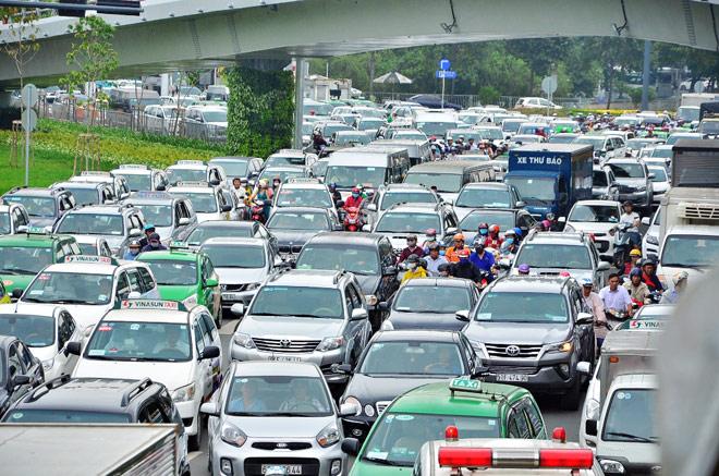 """Kẹt xe từ sáng đến trưa, người SG như """"hóa điên"""" ở Tân Sơn Nhất - 1"""