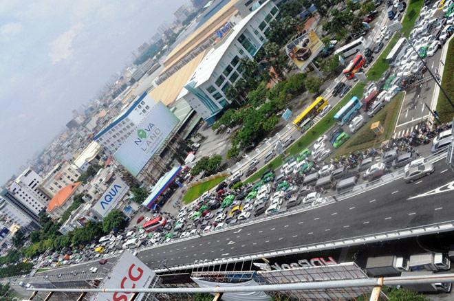 """Kẹt xe từ sáng đến trưa, người SG như """"hóa điên"""" ở Tân Sơn Nhất - 2"""