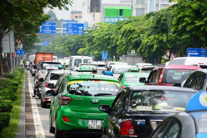 """Kẹt xe từ sáng đến trưa, người SG như """"hóa điên"""" ở Tân Sơn Nhất - 5"""
