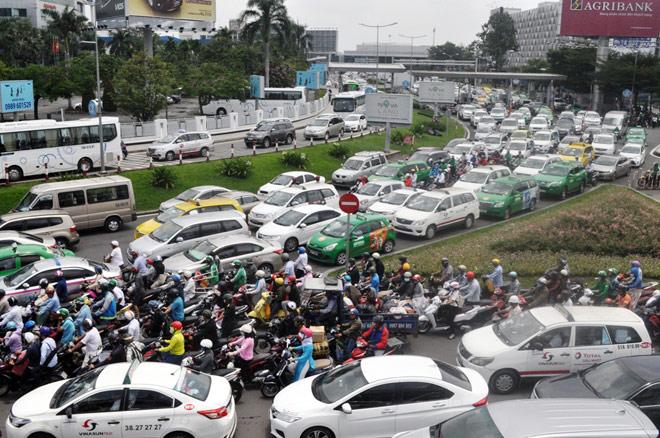 """Kẹt xe từ sáng đến trưa, người SG như """"hóa điên"""" ở Tân Sơn Nhất - 3"""
