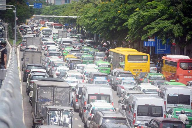 """Kẹt xe từ sáng đến trưa, người SG như """"hóa điên"""" ở Tân Sơn Nhất - 4"""