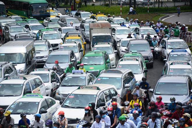 """Kẹt xe từ sáng đến trưa, người SG như """"hóa điên"""" ở Tân Sơn Nhất - 6"""