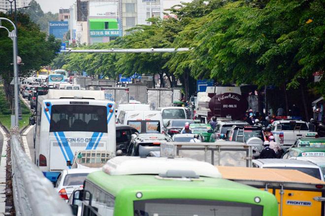 """Kẹt xe từ sáng đến trưa, người SG như """"hóa điên"""" ở Tân Sơn Nhất - 7"""
