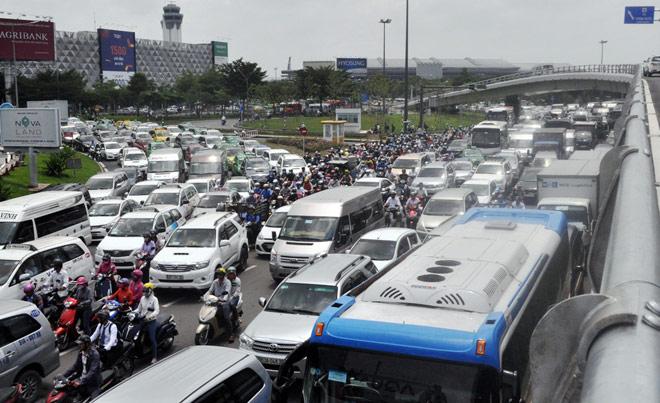 """Kẹt xe từ sáng đến trưa, người SG như """"hóa điên"""" ở Tân Sơn Nhất - 9"""