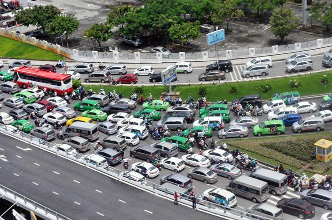 """Kẹt xe từ sáng đến trưa, người SG như """"hóa điên"""" ở Tân Sơn Nhất - 10"""
