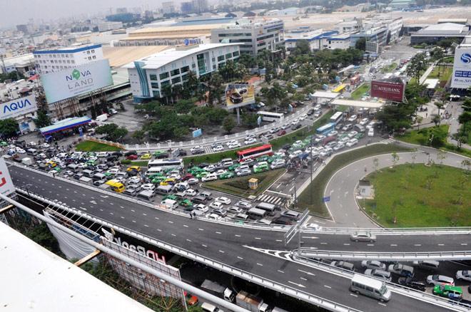 """Kẹt xe từ sáng đến trưa, người SG như """"hóa điên"""" ở Tân Sơn Nhất - 11"""