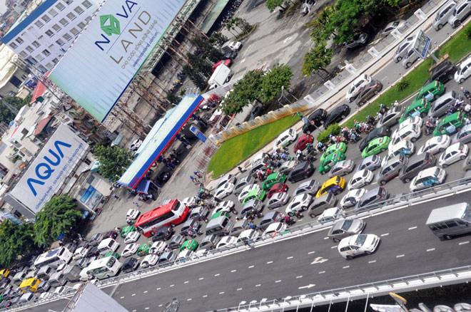 """Kẹt xe từ sáng đến trưa, người SG như """"hóa điên"""" ở Tân Sơn Nhất - 12"""
