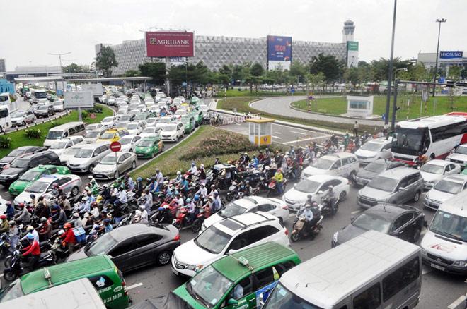 """Kẹt xe từ sáng đến trưa, người SG như """"hóa điên"""" ở Tân Sơn Nhất - 13"""