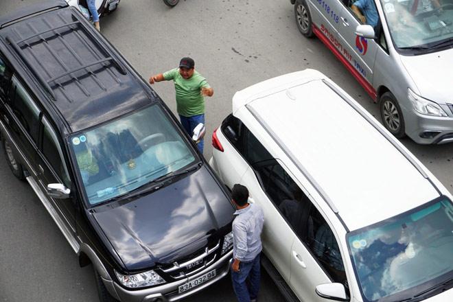 """Kẹt xe từ sáng đến trưa, người SG như """"hóa điên"""" ở Tân Sơn Nhất - 14"""
