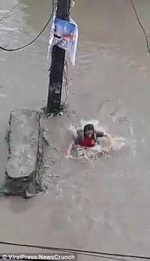 Đường ngập, cô gái Nepal đang đi bị miệng cống nuốt chửng - 1