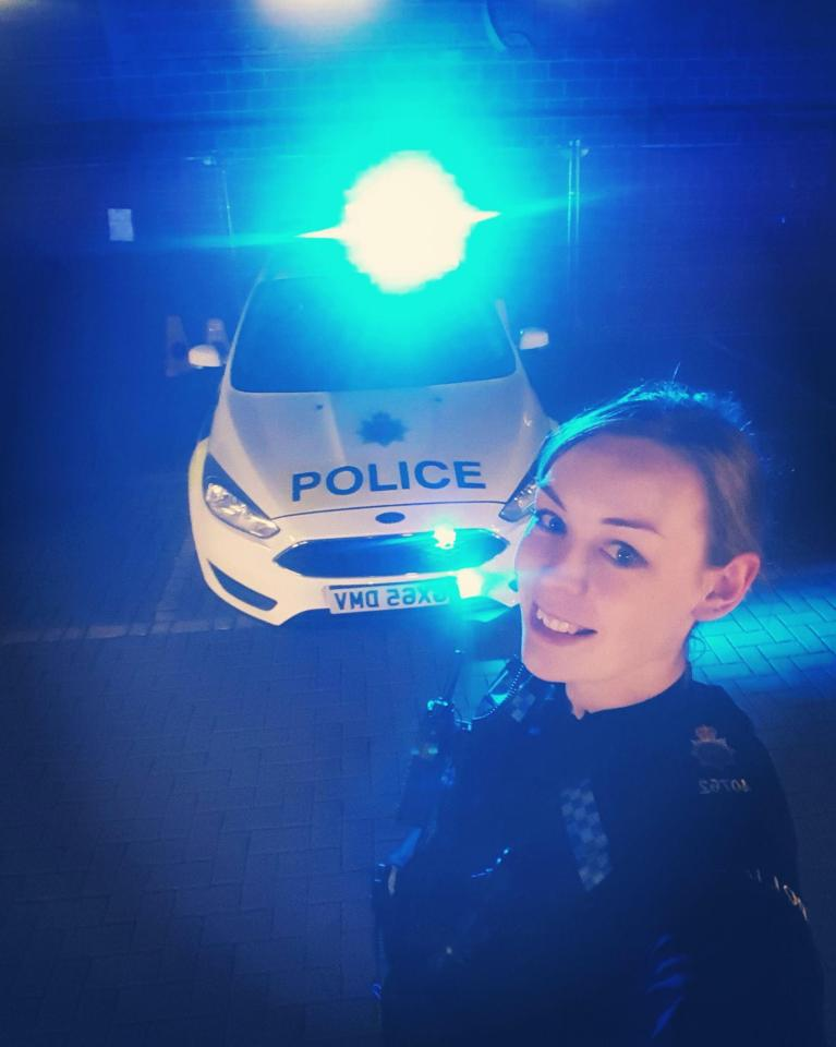 """Nữ cảnh sát Anh bốc lửa khiến dân mạng """"phát sốt"""" - 1"""