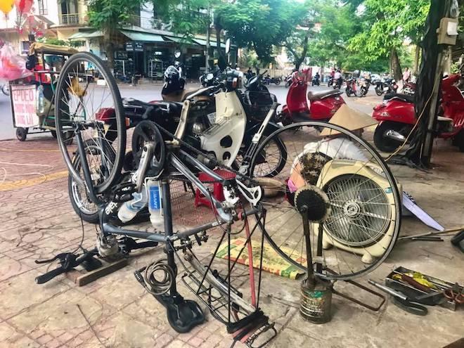 Đạp xe xuyên Việt, nữ phượt thủ người Anh hết mất điện thoại tới mất xe - 2