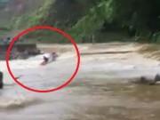 Tin tức trong ngày - Clip: Cố đi qua đập tràn, người đàn ông cùng xe máy bị nước lũ cuốn trôi