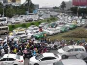 """Tin tức trong ngày - Kẹt xe từ sáng đến trưa, người SG như """"hóa điên"""" ở Tân Sơn Nhất"""