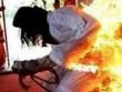 Chồng lạnh lùng tẩm xăng đốt vợ vì thấy nghe điện thoại