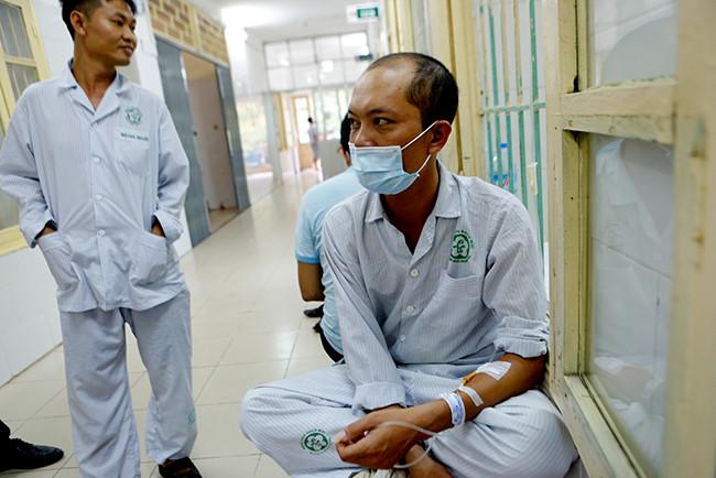 Bệnh nhân nằm chồng chéo vì sốt xuất huyết - 10