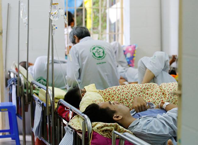 Bệnh nhân nằm chồng chéo vì sốt xuất huyết - 7