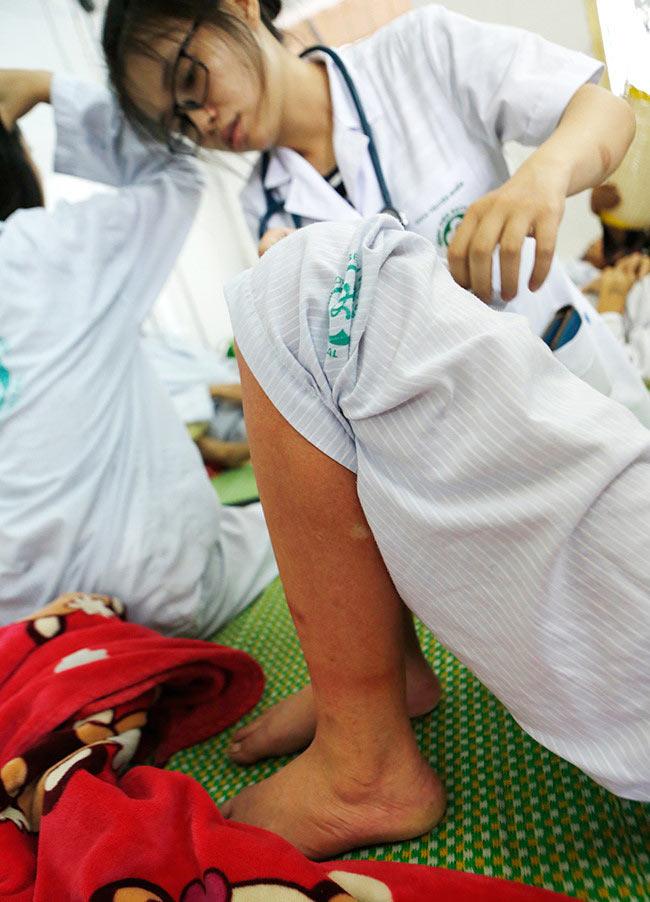 Bệnh nhân nằm chồng chéo vì sốt xuất huyết - 5
