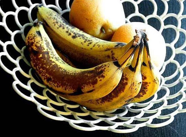 Chuối: Nếu ăn ngay nên chọn những quả có màu vàng sáng, và chọn những quả xanh nếu muốn chờ chín tại nhà. Không chọn những quả đã thâm hay nứt vỏ.