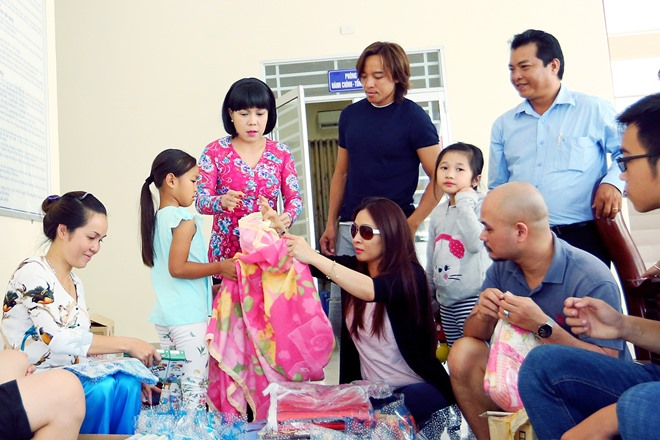 Việt Hương khóc nghẹn khi được chồng thể hiện tình cảm trên truyền hình - 2