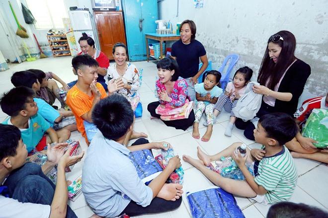 Việt Hương khóc nghẹn khi được chồng thể hiện tình cảm trên truyền hình - 7