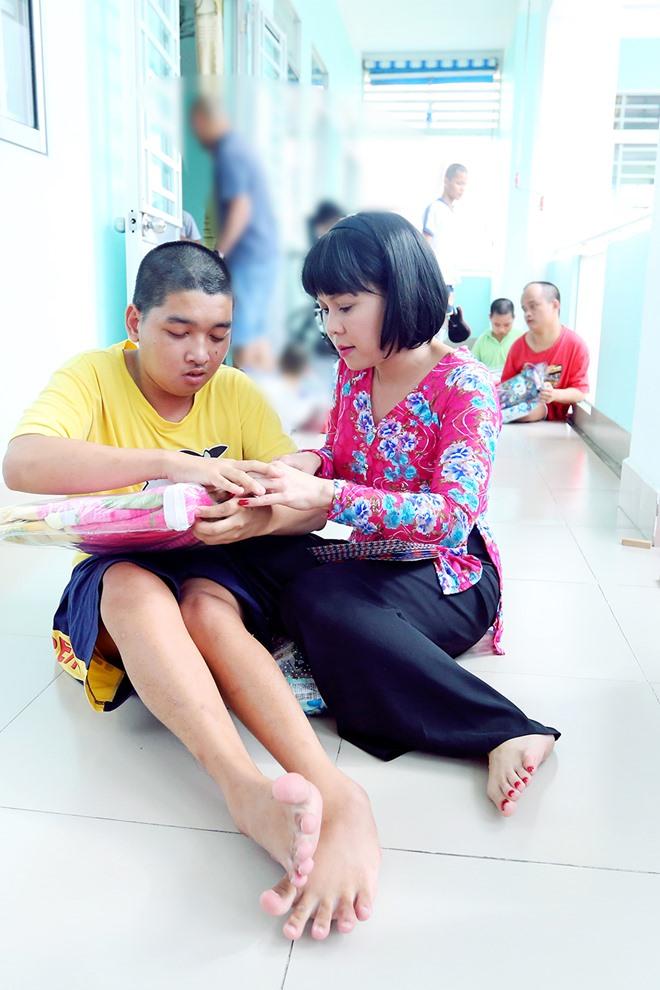 Việt Hương khóc nghẹn khi được chồng thể hiện tình cảm trên truyền hình - 10