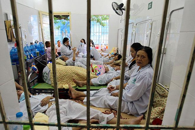 Bệnh viện quá tải, bác sĩ quay cuồng vì dịch sốt xuất huyết - 6