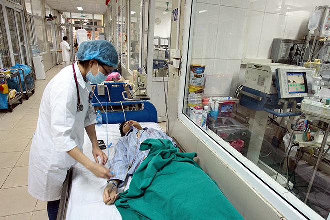 Bệnh viện quá tải, bác sĩ quay cuồng vì dịch sốt xuất huyết - 8