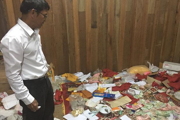 Tiền bạc rải khắp nơi ở của nhà sư nổi tiếng Thái Lan - 1