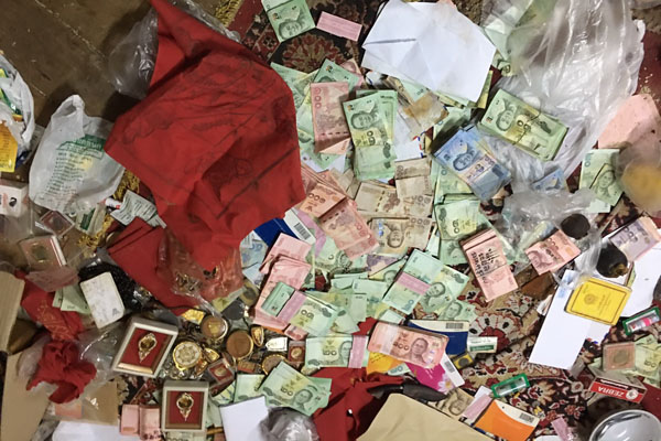 Tiền bạc rải khắp nơi ở của nhà sư nổi tiếng Thái Lan - 2