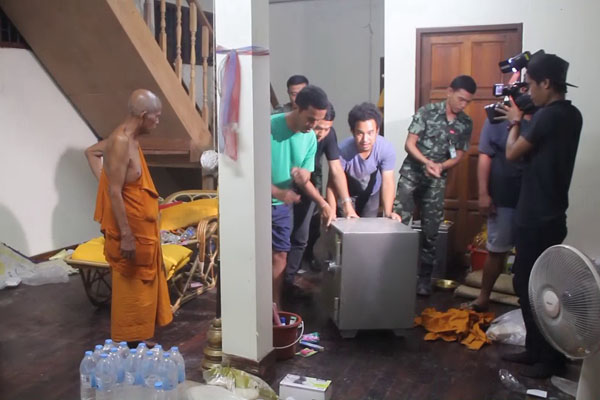 Tiền bạc rải khắp nơi ở của nhà sư nổi tiếng Thái Lan - 3