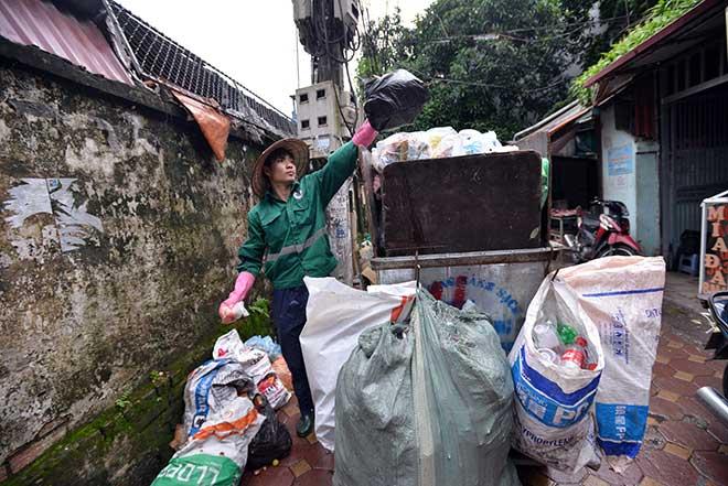 """""""Khủng hoảng"""" rác thải, phố Thủ đô ngập chìm trong… rác       - 2"""