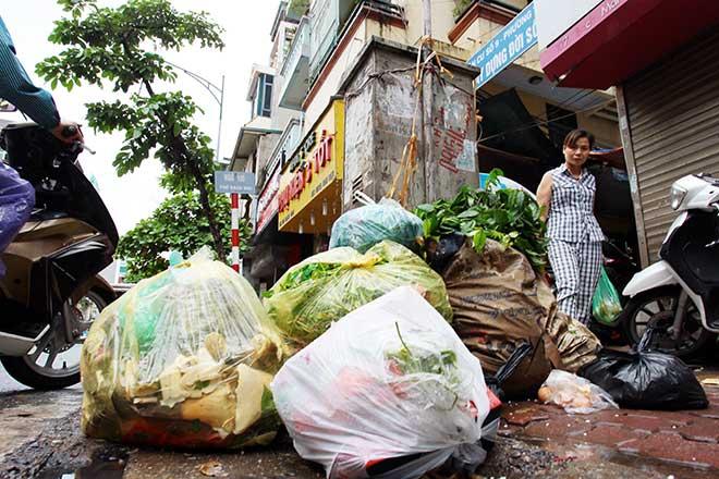 """""""Khủng hoảng"""" rác thải, phố Thủ đô ngập chìm trong… rác       - 1"""
