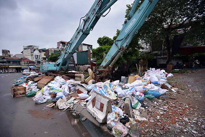 """""""Khủng hoảng"""" rác thải, phố Thủ đô ngập chìm trong… rác       - 3"""