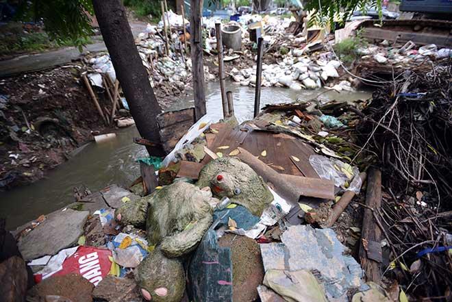 """""""Khủng hoảng"""" rác thải, phố Thủ đô ngập chìm trong… rác       - 4"""