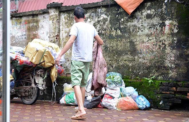 """""""Khủng hoảng"""" rác thải, phố Thủ đô ngập chìm trong… rác       - 8"""