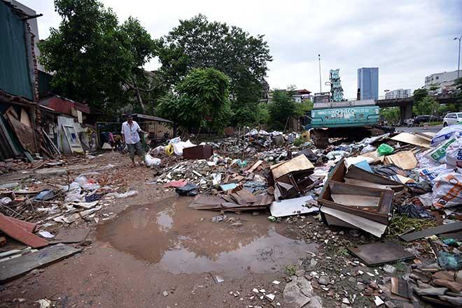 """""""Khủng hoảng"""" rác thải, phố Thủ đô ngập chìm trong… rác       - 5"""