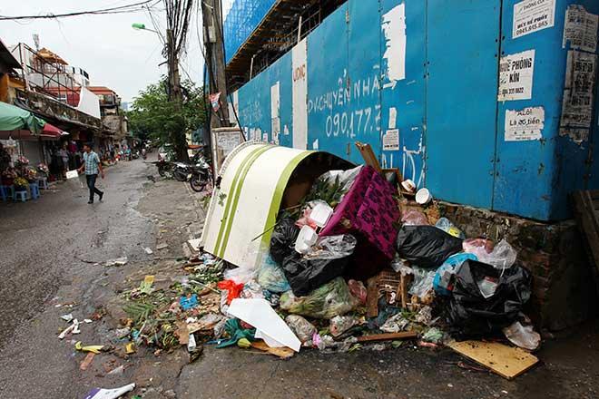 """""""Khủng hoảng"""" rác thải, phố Thủ đô ngập chìm trong… rác       - 6"""
